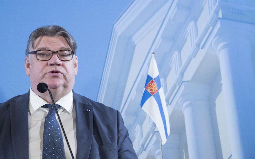 Ulkoministeri Timo Soini kommentoi tapahtunutta välikohtausta blogissaan sunnuntaina iltapäivällä. Hän on kertonut kokemansa poliisille ja jättää asian heidän tutkintaansa.