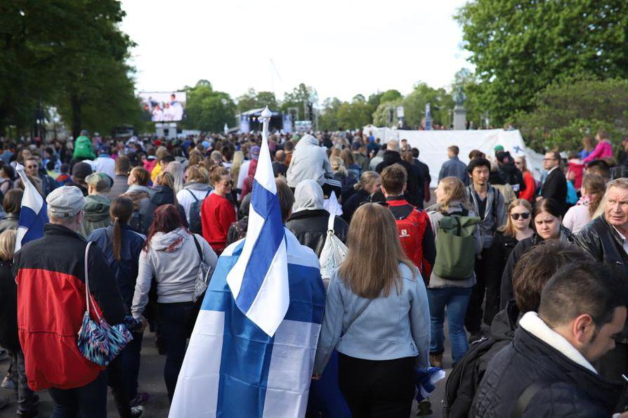 Tuhannet ovat kokoontuneet Helsingissä järjestettävään kultajuhlaan.