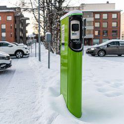 """Osuuskauppa rakentaa töpselipaikkoja sähköautoille – OP:n takana myös latauspiste: """"Kyllä siinä jokunen auto käy lataamassa"""""""