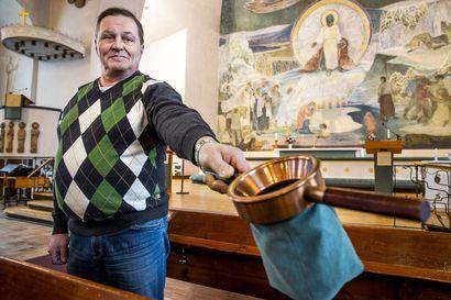 Kolehtiin riittää vielä euroja - Käteistä ei välttämättä enää käytetä, mutta kirkkoon lähdetään kolehtirahat mukana