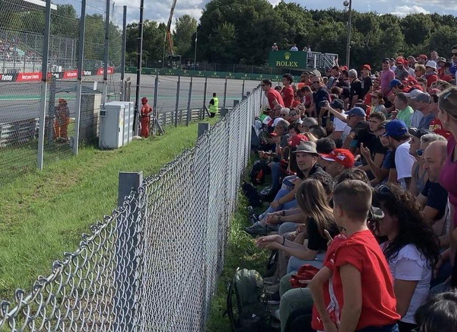 Hieno tunnelma Ferrari-fanien keskellä F1-autourheilun mekassa lengendaarisella Monzan radalla Parabolica mutkassa.