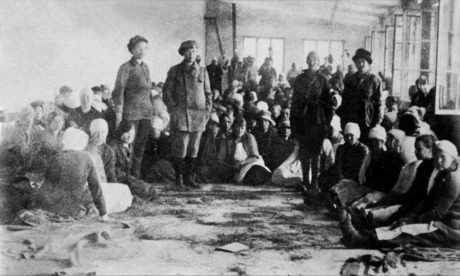 Naissotilaita pidettiin vangittuina Lahden keskustassa Rautateollisuuden tehdassalissa ennen Hennalan vankileirin perustamista. Osa tehdassalissa olleista vangeista teloitettiin ja osa siirrettiin Hennalaan, jossa naissotilaiden teloitukset jatkuivat.