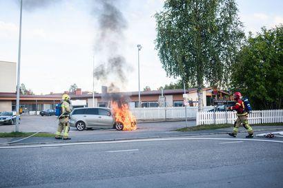 Tila-auto paloi ilmiliekeissä koulun pihalla Kuusamossa – palo ja sammutus tallentuivat videolle ja kuviin
