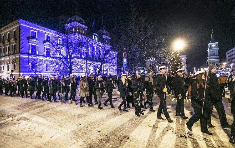 Opiskelijoiden soihtukulkue ohitti myös itsenäisyyspäivän valaistuksessa olevan Oulun kaupungintalon.