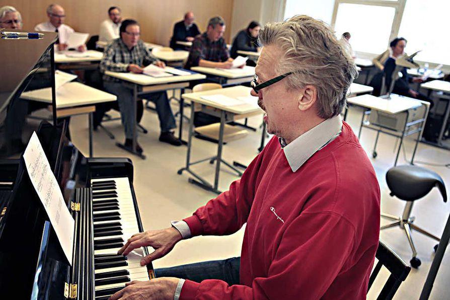 Näkijä-oopperan säveltänyt Risto Vähäsarja vastaa myös laulajien ja soittajien harjoituttamisesta.