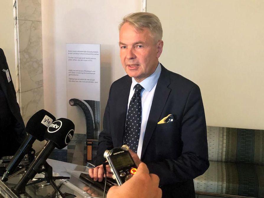 Ulkoministeri Pekka Haavisto kommentoi Turkin ja Syyrian tilannetta toimittajille torstaina eduskunnassa.