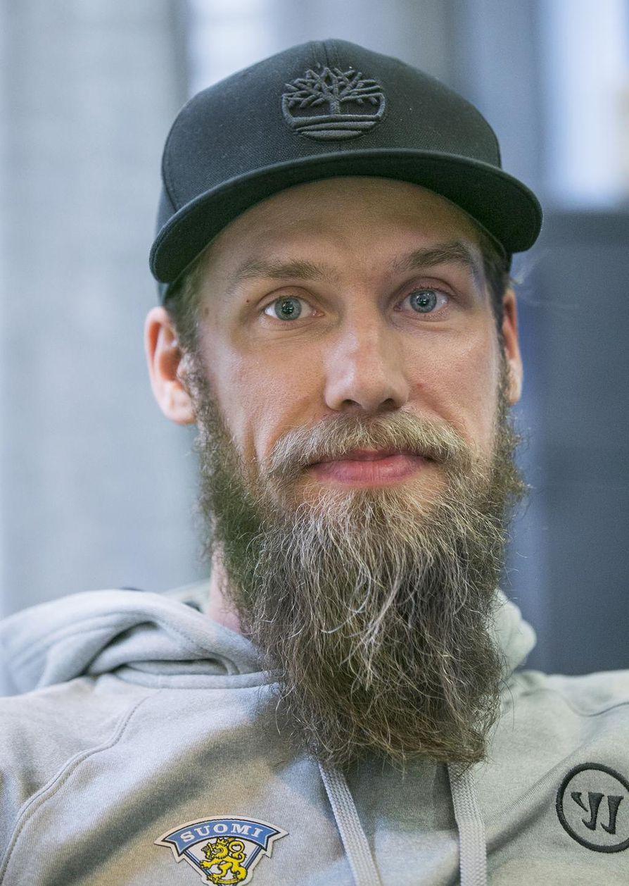 Jääkiekkoilija Topi Jaakola.