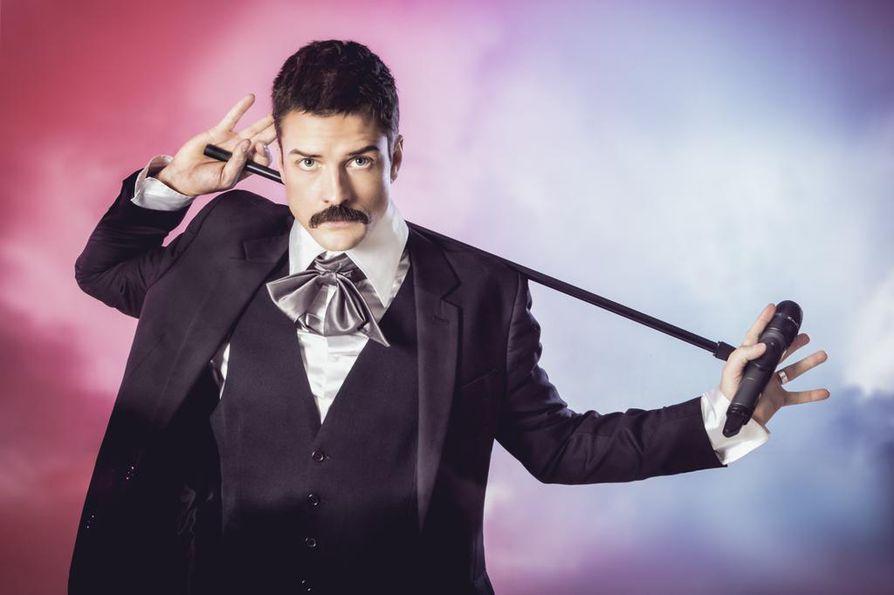 """Mikael Saari kertoo poimineensa Show Must Go On -musikaaliin mukaan Freddie Mercuryn kuuluisimpia lavamaneereja mutta vältelleensä muuten suoraa imitaatiota. """"On vain yksi Freddie, ja se en ole minä"""", hän toteaa."""