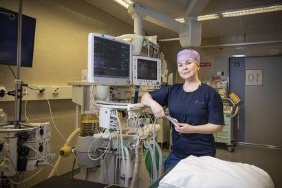 """Korona korostaa sairaanhoitajan työn hektisyyttä ja vaativuutta, mutta Sanna Marttila tuntee paloa raskaaseen työhönsä: """"Joskus on tärisyttäviä hetkiä leikkaussalissa"""""""