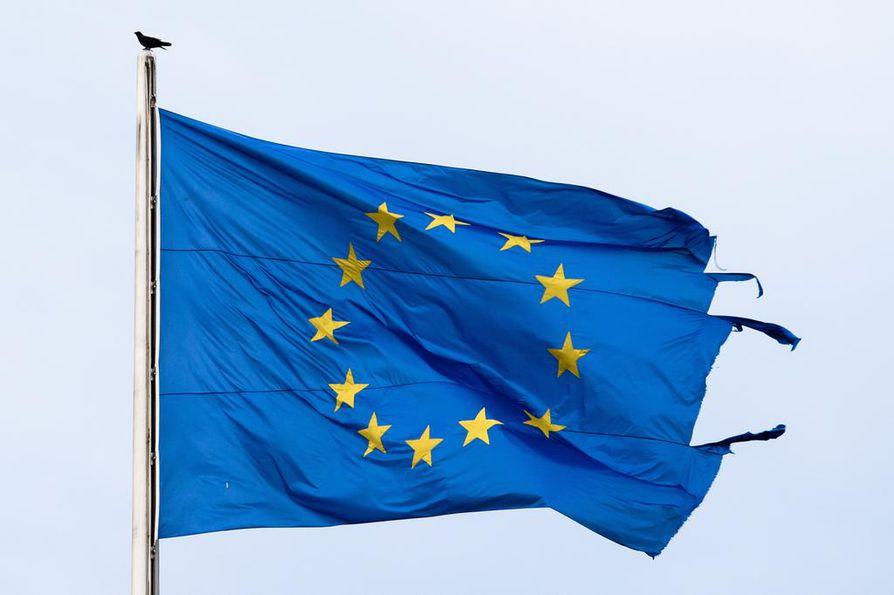 Repeytynyt EU-lippu liehui Saksan parlamenttitalolla 12. kesäkuuta. Unionia odottaa kolme haastetta loppuvuoden aikana.
