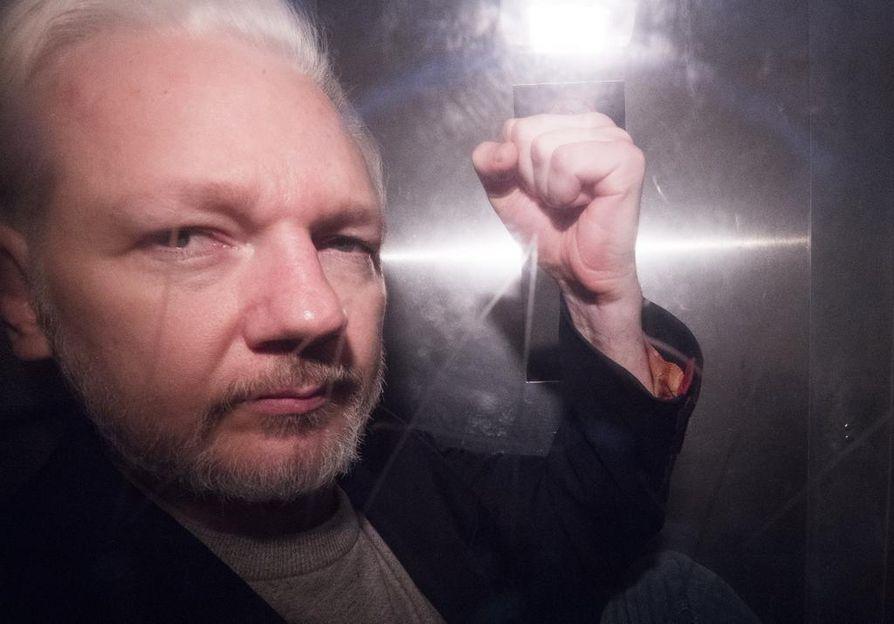 Julian Assange vietiin poliisiautossa oikeuden istuntoon Lontoossa vappupäivänä.
