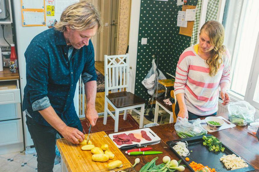 Keittiöpäällikkö Kari Aihinen (vasemmalla) auttaa Maaritia saamaan jälleen ilon ruuanlaittoon ja tekemään terveellisiä aterioita.