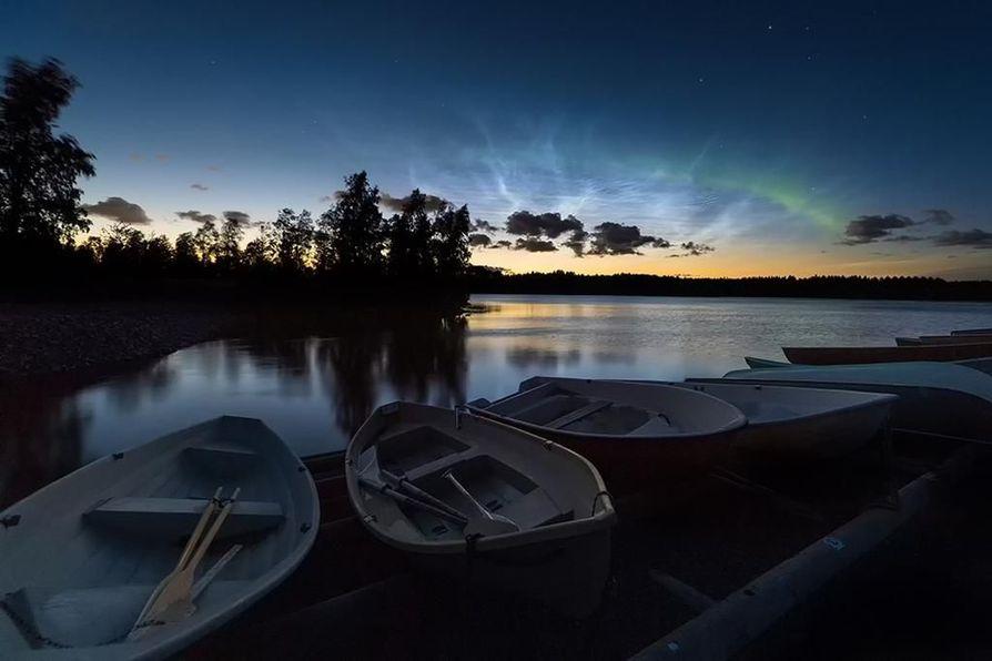 Samaan kuvaan tallentuivat syksyn ensimmäiset revontulet ja valaisevat yöpilvet.