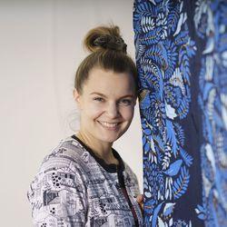 """Karoliina Erkinjuntti haluaa ottaa kuoseillaan kantaa: """"Myös suunnittelijalla on mahdollisuus ja jopa vastuu edistää maailmaa"""""""