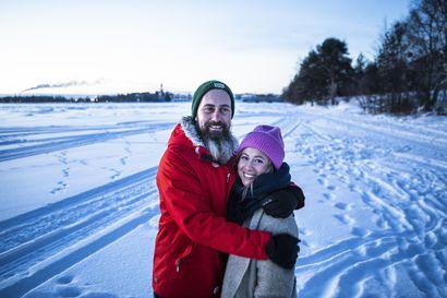 Suomalais-australialainen pariskunta muutti Lappiin, kun Rovaniemellä asuva äiti sairastui – Televisiosarja Lappiin muuttavista alkaa tänään