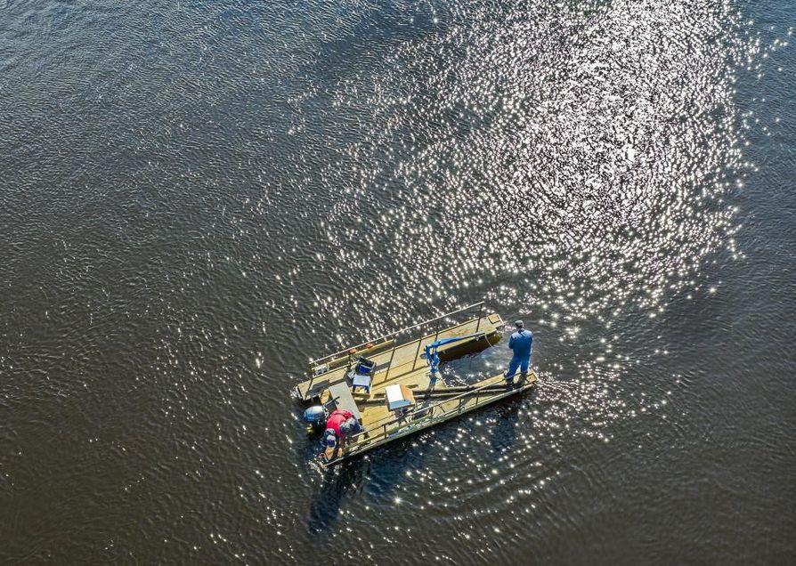 Ahti Sipola on kehittänyt itse laitteistoa, jonka avulla hän jäljittää ja nostaa roinaa joenpohjasta. Apurina on Jesse Grönstrand.