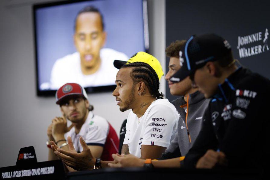 MM-sarjaa johtava Lewis Hamilton  (keskellä) oli viime viikonloppuna viides.