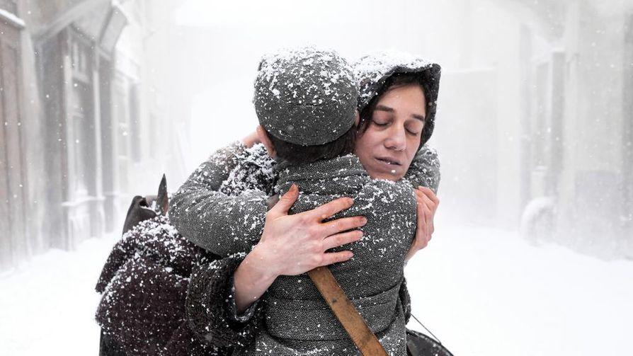 Romain Garyn omaelämäkertaan pohjautuvassa draamassa määrätietoinen äiti (Charlotte Gainsbourg) lähtee poikansa kanssa (Pierre Niney