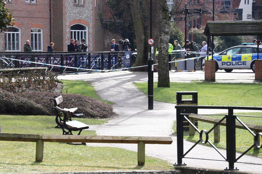 Kuvassa puistonpenkki, jolta ex-vakooja Sergei Skripal ja hänen tyttärensä Julia löydettiin Salsiburyssa.