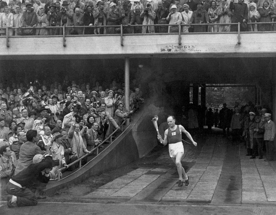 Helsinki isännöi kesäolympialaisia vuonna 1952. Kuvassa Paavo Nurmi tuo olympiasoihdun stadionille. Helsinki ja Lahti hakivat vuoden 2006 talviolympialaisia yhdessä Norjan Lillehammerin kanssa, mutta KOK myönsi kisat tuolloin Italian Torinolle.
