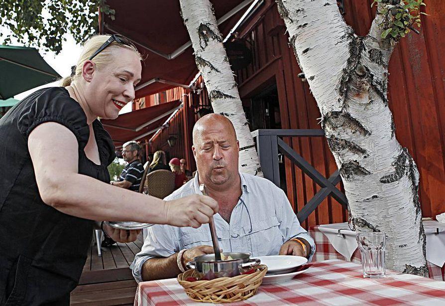 Suomessakin ruudusta tuttu, kuuluisa tv- kokki Andrew Zimmern kävi Oulussa maistelemassa rössypottua.