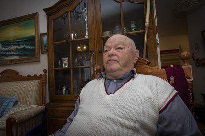 Jorma Kalevi löysi 72-senttisen vuosikasvun ja teki siitä härkimen – Katso video: käsistään kätevä ja rakennusalalla elämäntyönsä tehnyt mies muistelee hauskoja näkyjä työmaalla