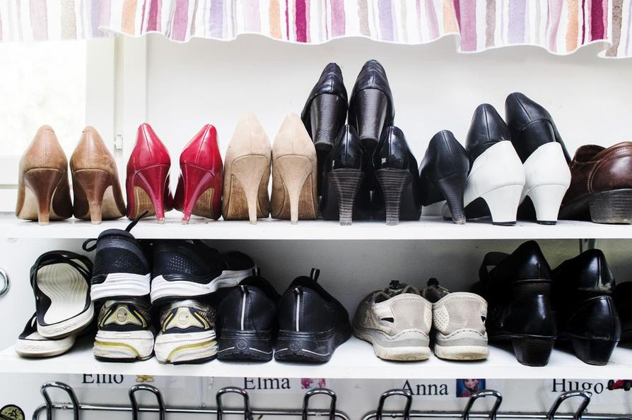 Siistit kenkähyllyt ja nimikoidut naulakot helpottavat järjestyksen ylläpitoa.