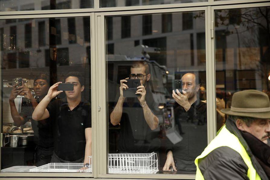 Ravintolan työntekijät katselivat kadun levottomuuksia Pariisin sydämessä.