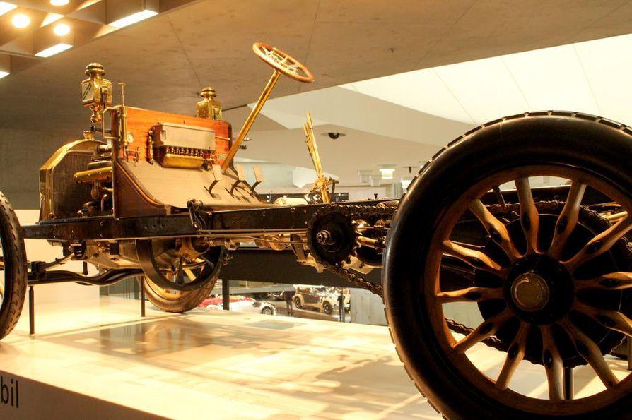 """""""Ensimmäinen nykyaikainen automobiili"""" vuodelta 1900 ei tarjonnut kuljettajalleen paljoa turvallisuutta."""