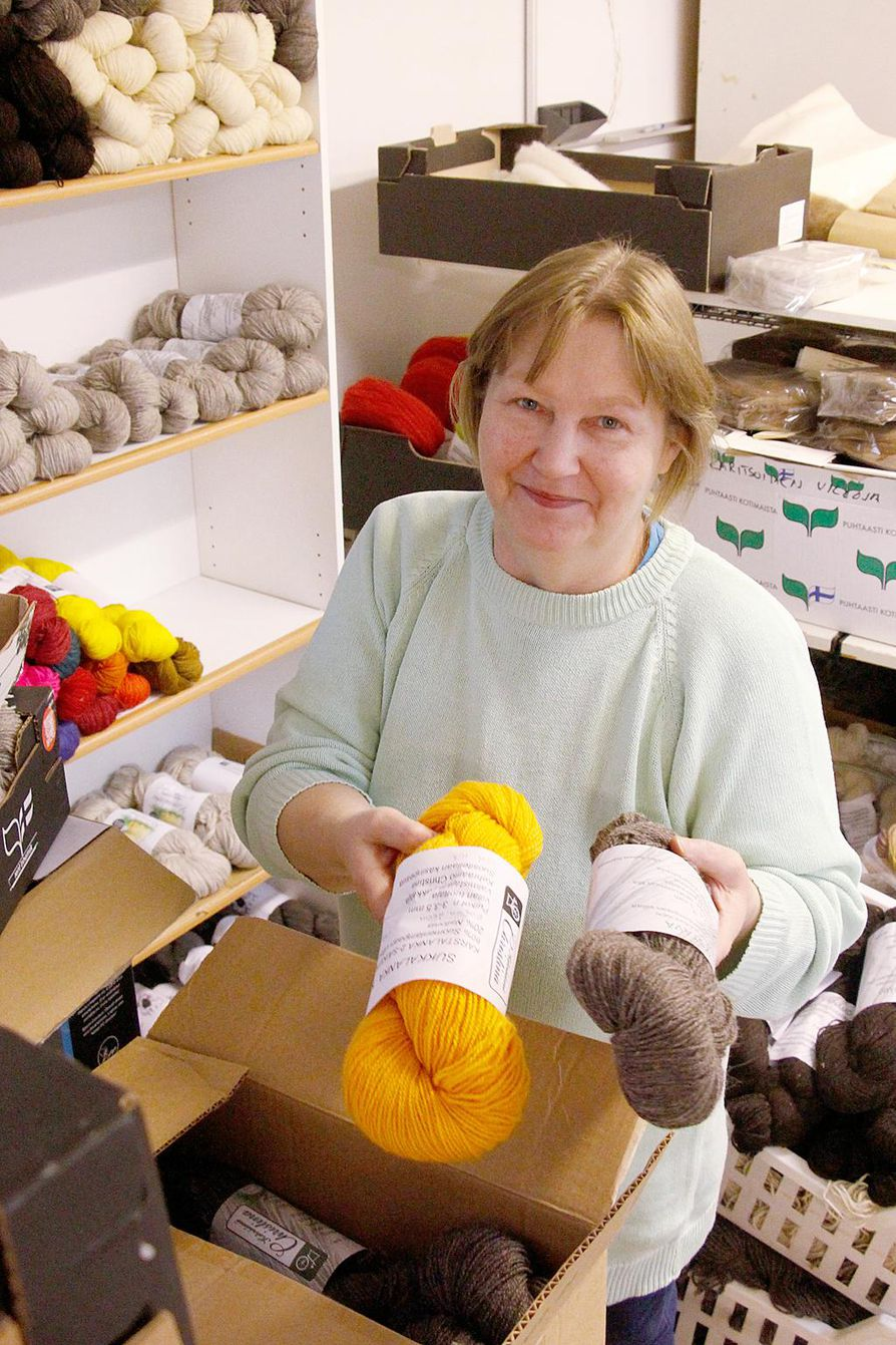 Kehräämö Christinan yrittäjä Nina Karkulahti esittelee itse värjäämiään lankakeriä.