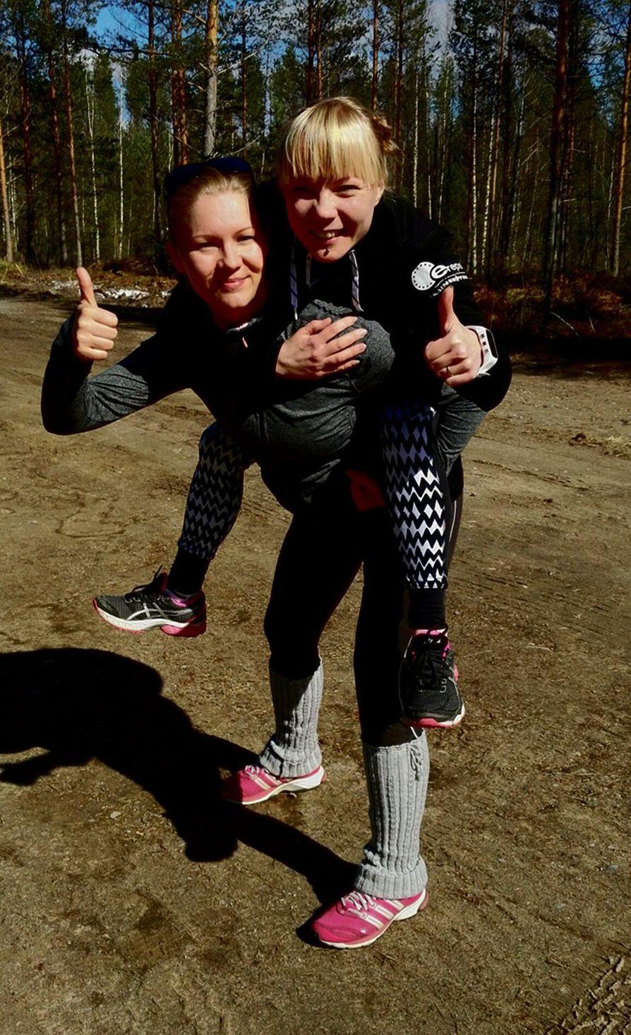 Nythän ne parhaat lenkkeilykelit alkavat, Mervi Klemetti vinkkaa. Hänen selässään on niin ikään yhteislenkeistä innostunut  Heidi Lumiaho.