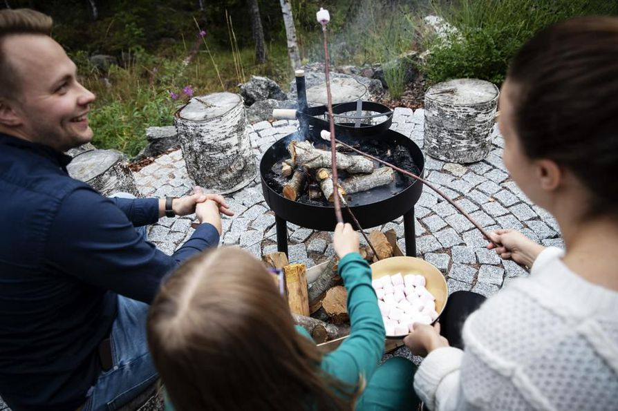 Lauri, Silva ja Elina Kriston lisäksi nuotiopiirille mahtuu monta muutakin paistajaa. Nuotiopaikka toimii koko perheen oivallisena lähiretkipaikkana myös talvella.