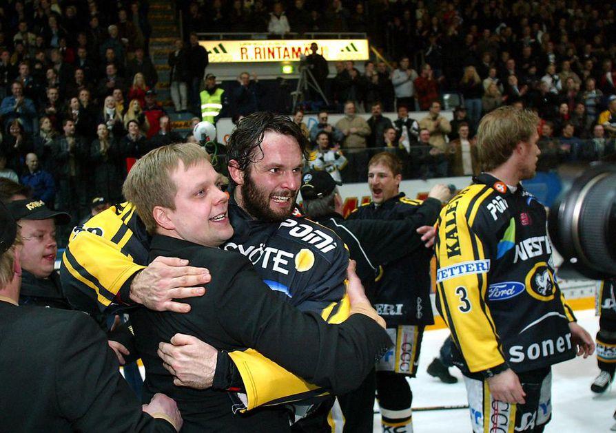Ari Hilli (vas.) urakoi Kärppien maalivahtivalmentajana jo vuonna 2004, kun seura juhli mestaruutta. Hilli oli auttamassa Niklas Bäckströmiä (oik.) kohti NHL:ää.