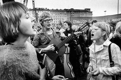 Punalippuliehuilauluissa 1970-luvulla – dokumentti kuvittaa muistoja sopivan etäältä