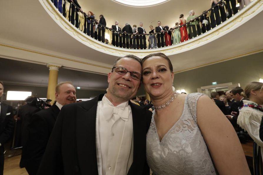 Oululaiset Jaana ja Asko Willman juhlivat Presidentinlinnassa.