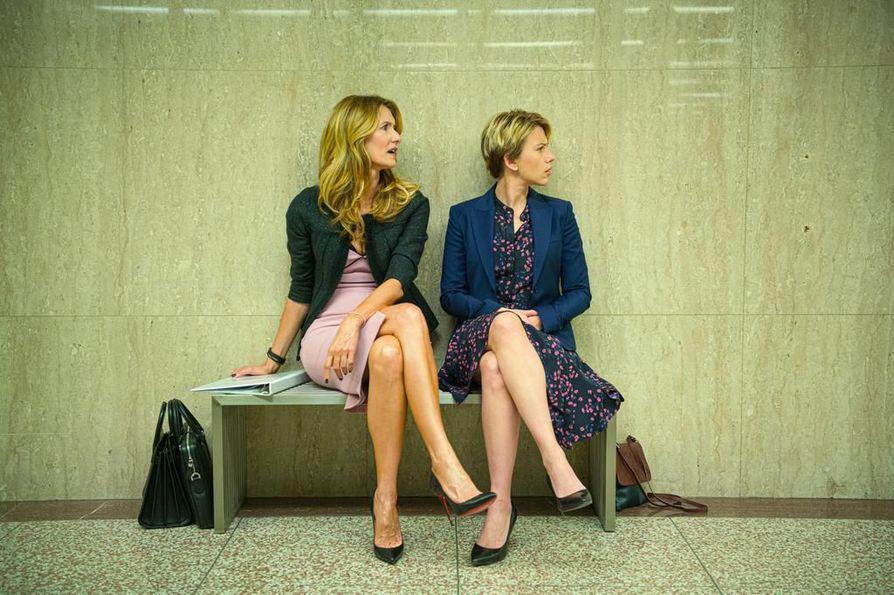 The Marriage Story -Netflix-tuotantoa vetävät naistähdet. Kuvassa Laura Dern (vas.) ja Scarlett Johansson. Elokuva tulee Suomeen marras-joulukuun vaihteessa.