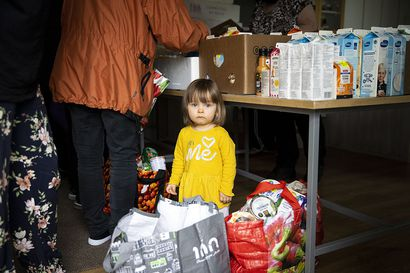 Vapaaehtoiset jakavat Limingassa kauppojen hävikkiruokaa joka perjantai  – pahvilaatikoista voi löytyä monelle elintärkeä apu