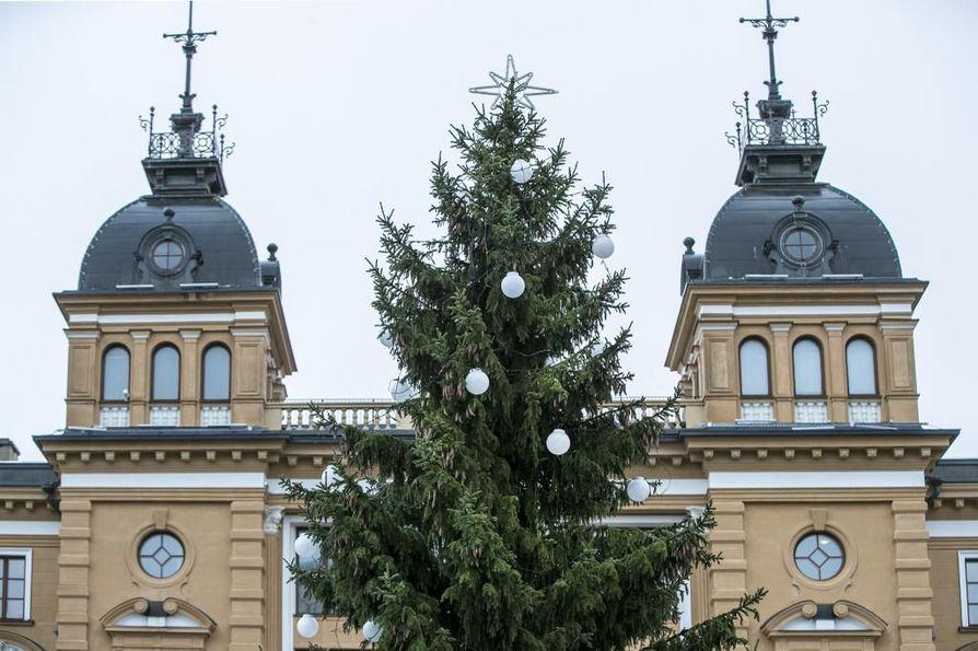Oulun kaupungintalo saa itsenäisyyspäivänä juhlavalaistuksen.