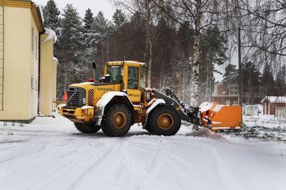 Lumisade laittoi kiinteistöhuollon töihin – sulaan maahan satava lumi on hidasta aurata
