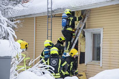 Tuli karkasi uunista Ruukissa – pelastuslaitos sammutti palavat seinähirret