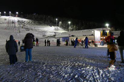 Seurasimme hiihtolomalaisten illanviettoa Levillä – maskisuositusta noudatettiin sisätiloissa