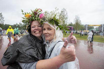 """Sateisessa Qstockissa oli rauhallinen ilmapiiri –""""Vaikka täällä on tosi märkää niin täällä on ihan mahtava tunnelma"""""""