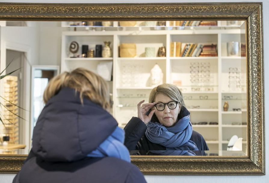 Oululaisen Optihouse Sipolan asiakas Arja Hellgren on likinäköisenä käyttänyt voimakkaita miinuslaseja kouluajoista asti. Ikänäkö toi mukanaan moniteholasit, joilla näkee myös lähelle. Hellgren käy päivittämässä lasejaan parin kolmen vuoden välein.