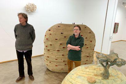 Kahden taiteilijan yhteinen kosmos yllättää Aineella - taiteilijat tekevät puusta teoksia yhdessä
