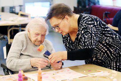 Muistisairaus ei kadota ihmisen taiteellisuutta – taidetuokio on avannut vanhusten tarinoita