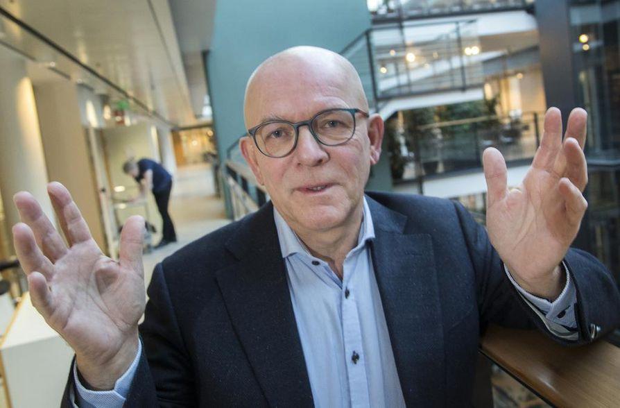 Professori Juha Tapanaisen  mielestä miesten vaihdevuosista  ei välttämättä tarvitse puhua nykyistä enemmän suurelle yleisölle.  Vain osa ikääntyvistä miehistä  tarvitsee hormonihoitoa ja hyötyy siitä.