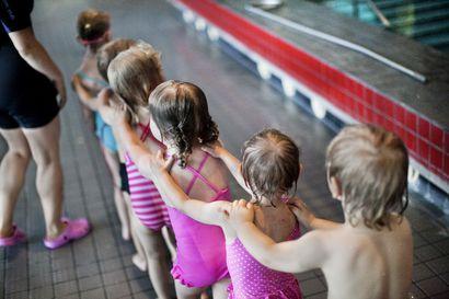 Oppiiko koulussa uimaan? Lakeuden kunnan koulut järjestävät uimaopetusta vaihtelevasti – uudelle uimahallille olisi kysyntää