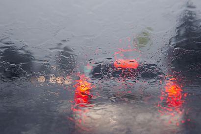 Tieliikennekeskus varoittaa: Ukkoskuurojen aiheuttamat vesisateet heikentävät ajonäkyvyyttä Lapissa