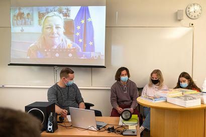 Koronapassi voisi tuoda lisää turisteja – komissaari Urpilainen virtuaalimatkaili Kuusamoon