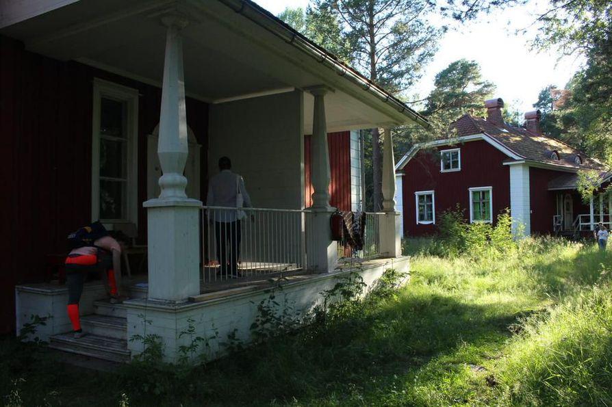 Varjakansaaren rakennukset noudattavat vanhojen suomalaissahojen tyyliä.